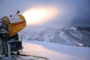 800px-Snowmaking-mount-hotham